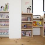 待合スペースには漫画や雑誌揃えてます
